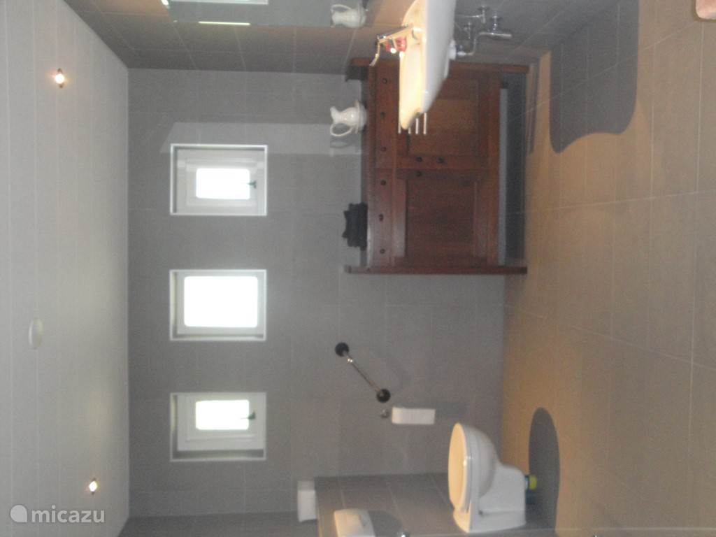 Ruime badkamer met vloerverwarming. Aanpassingen voor mindervaliden
