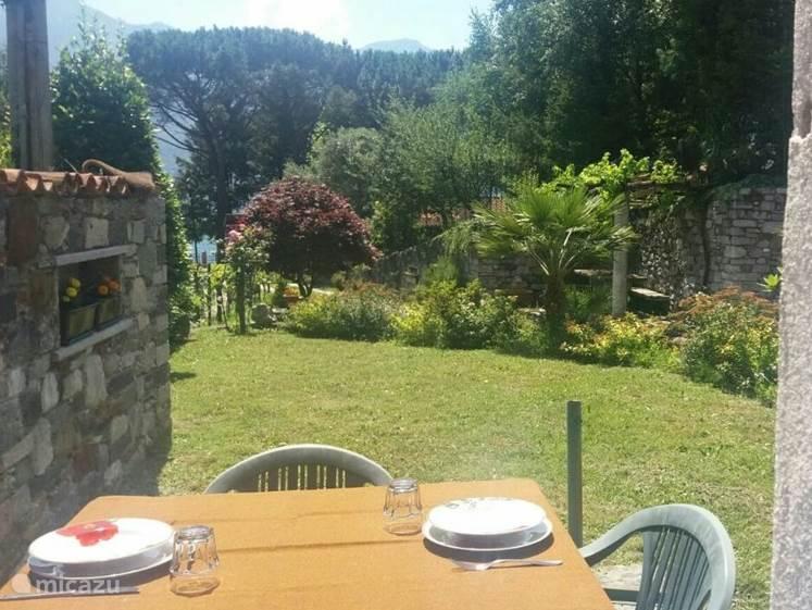 gezellig buiten eten met uitzicht op het meer