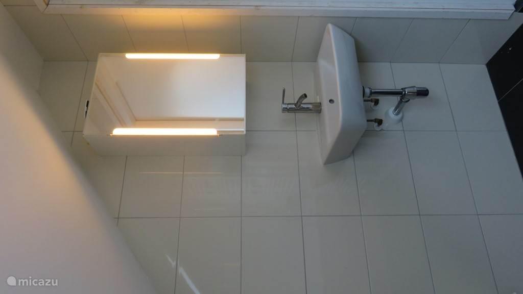 Badkamer boven, voorzien van ligbad, 3e toilet en wastafel.