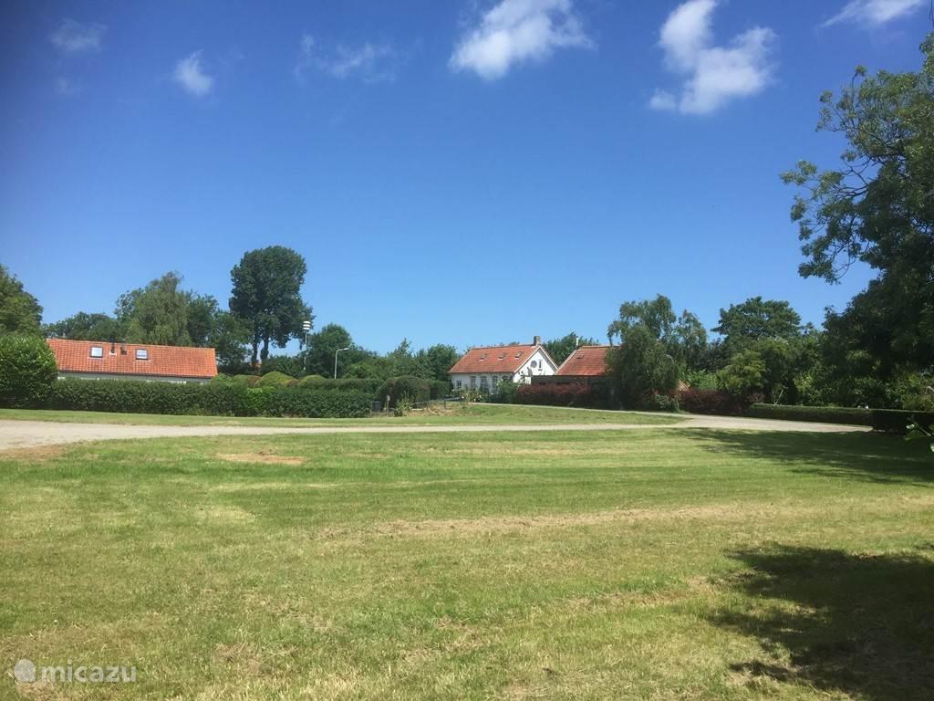 De achtertuin grenst aan een boerderij en enkele andere vakantiewoningen. Een heerlijk veld om even een balletje te trappen voor de kinderen.