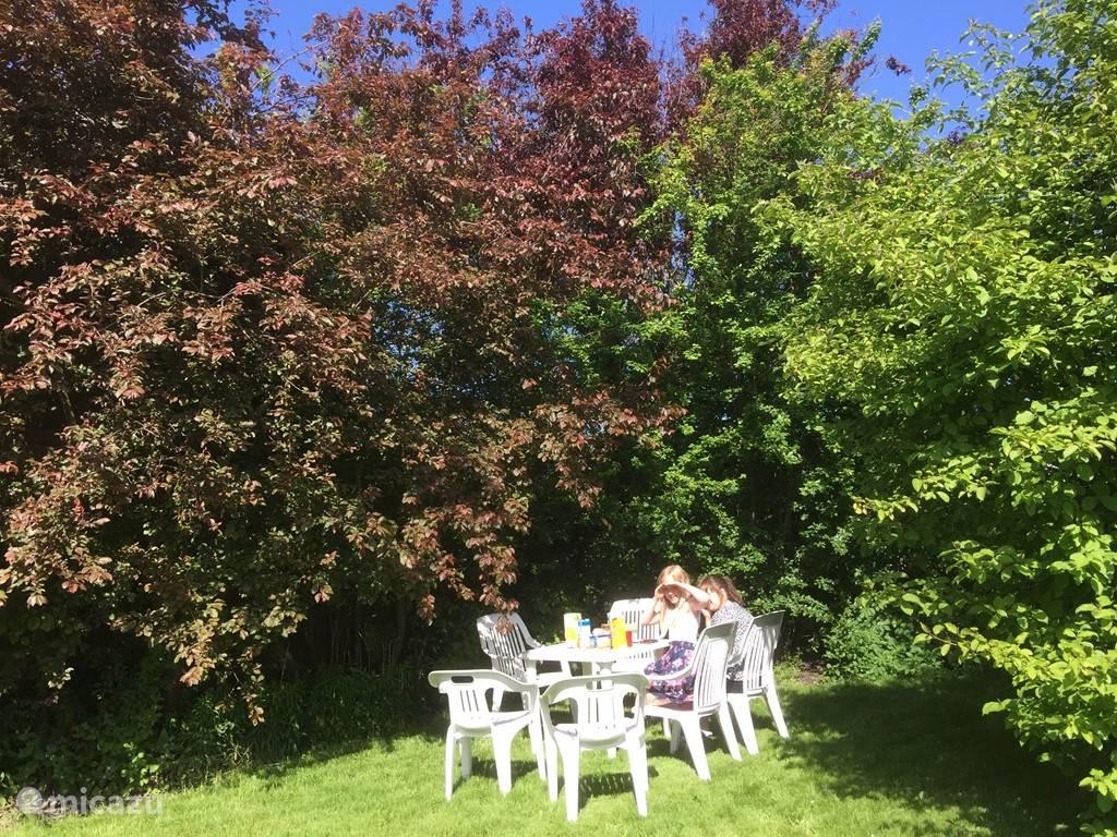 Lekker ontbijten in de tuin, een boekje lezen of gewoon wat luieren.