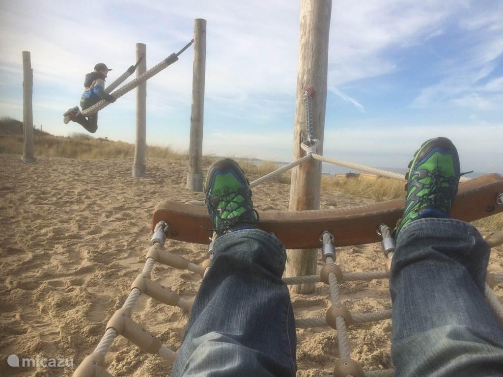Het strand en de duinen zijn vlakbij! Tien minuten op de fiets of een half uur lopen, u bent er zo!
