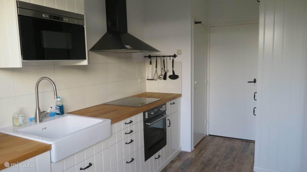 Volledig uitgeruste keuken; koelkast, diepvriezer, oven, magnetron, vaatwasser, koffiezetapparaat