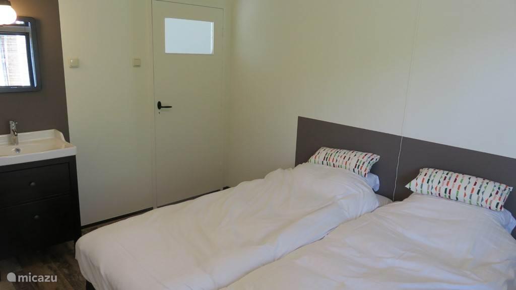 Tweede slaapkamer beneden, met eigen wastafel.