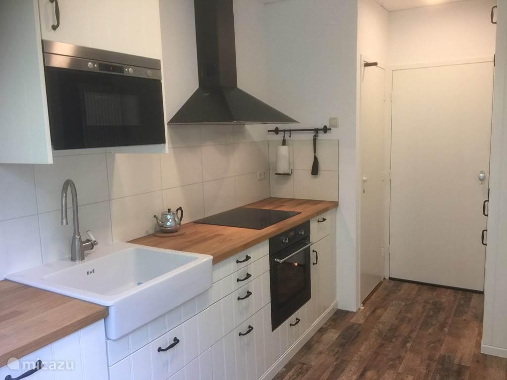Compleet uitgevoerde luxe keuken. O.a. met oven, magnetron, vaatwasser, koelkast, vriezer etc..