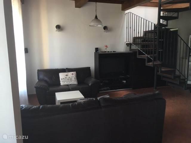 zitkamer met zicht op trap naar 1e verdieping