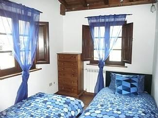 slaapkamer met 2 één persoons bedden