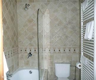 1e badkamer met ligbad en douche