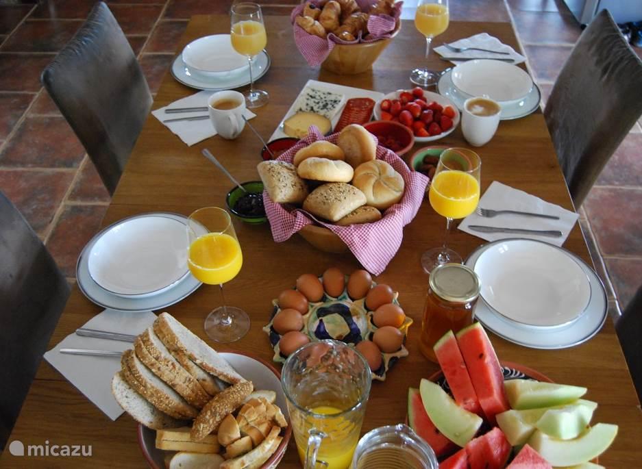 Ontbijt tafel voor gasten.