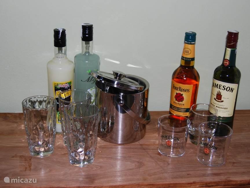 Hoekje met ondertussen groter assortiment sterke drank.