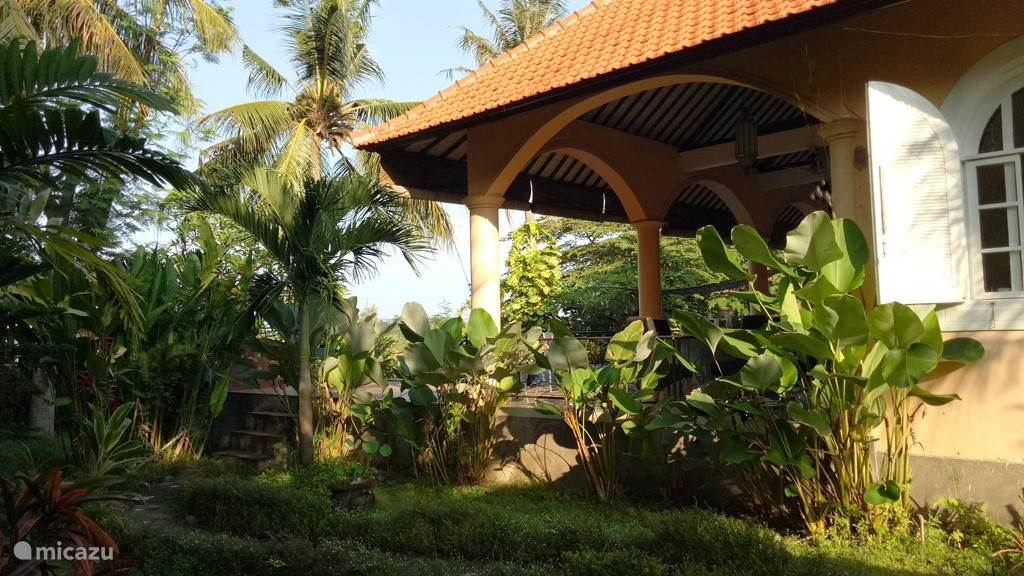 zijzijde vanuit de tropische tuin