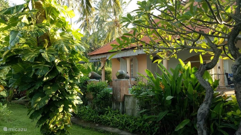 villa Mimosa voorzijde vanuit de weelderige tuin