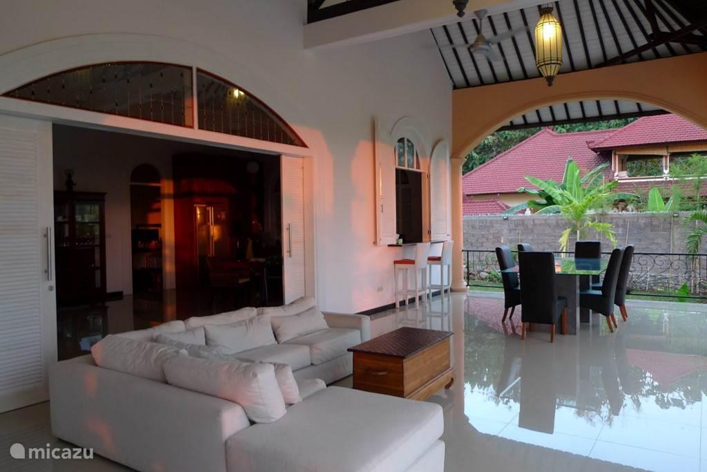 de zeer ruime veranda met uitzicht over het zwembad en rijstvelden