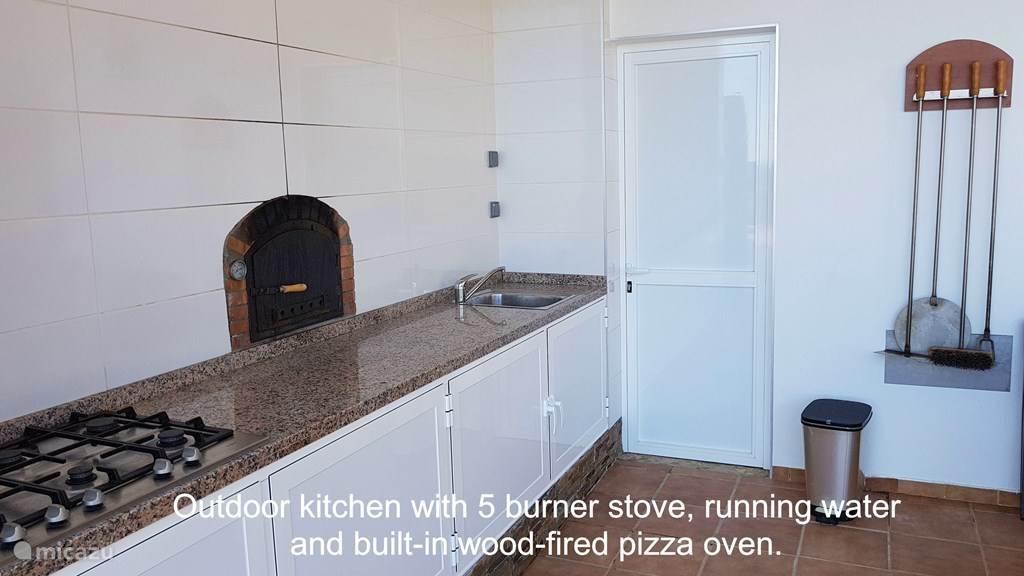 Buitenkeuken, overdekt, 5 pit kooktoestel, stromend water, pizza oven en BBQ.