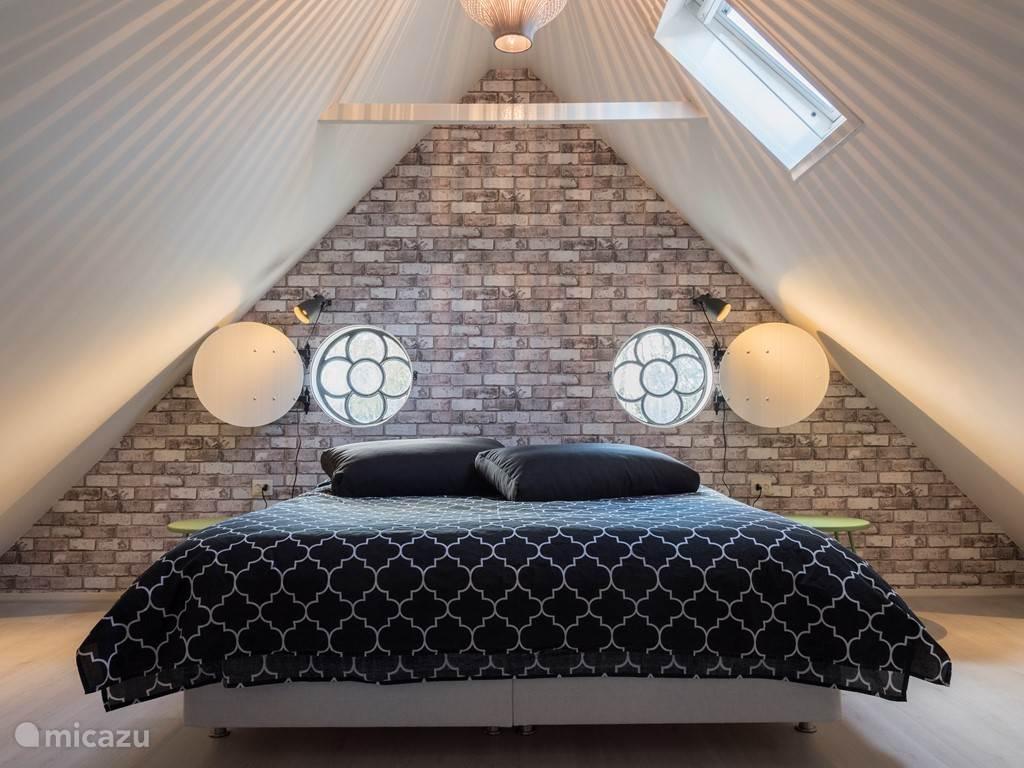 Kom heerlijk slapen in ons heerlijke grote bed.