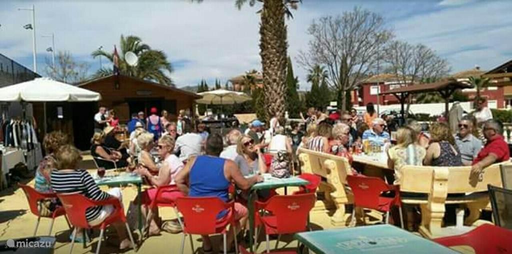 Bar met groot terras op het resort