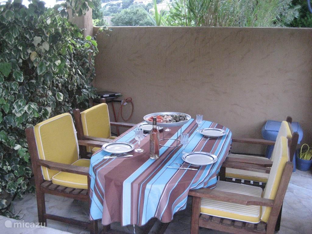 eettafel onder abris