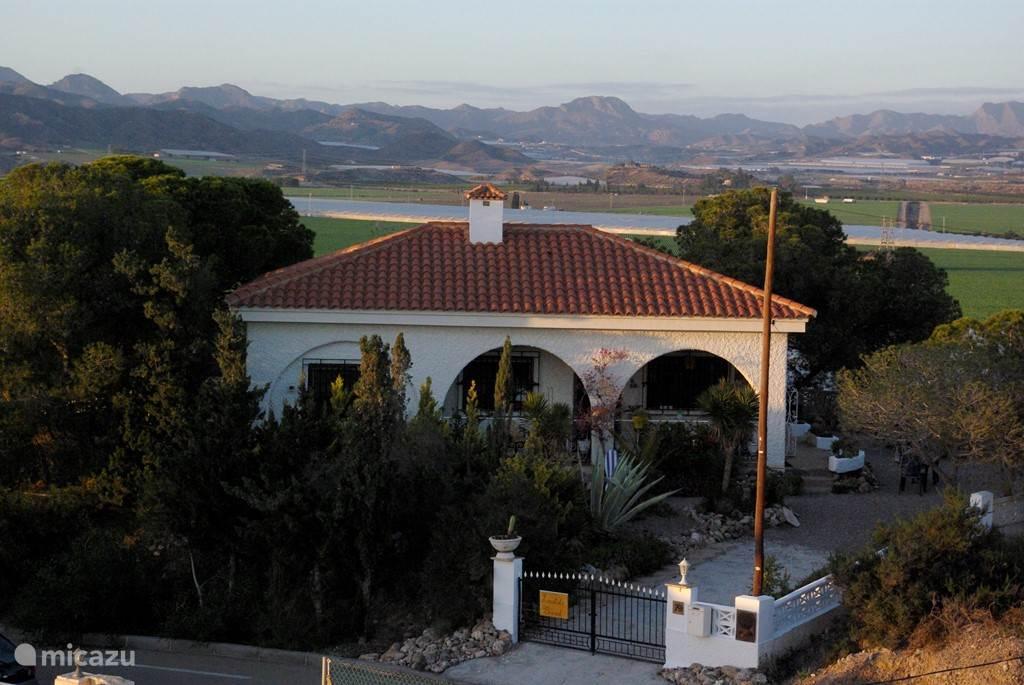 Het huis met de bergen op de achtergrond