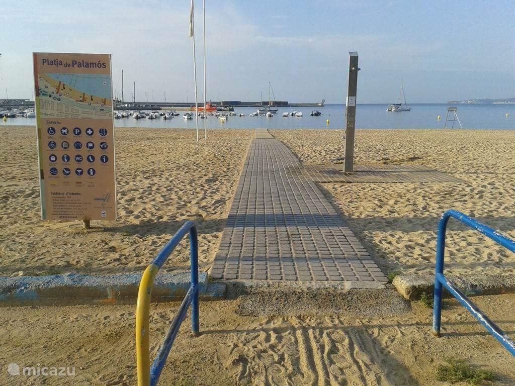 Goede voorzieningen voor mindervaliden aan het strand, op nog geen tien minuten rijden van de villa.