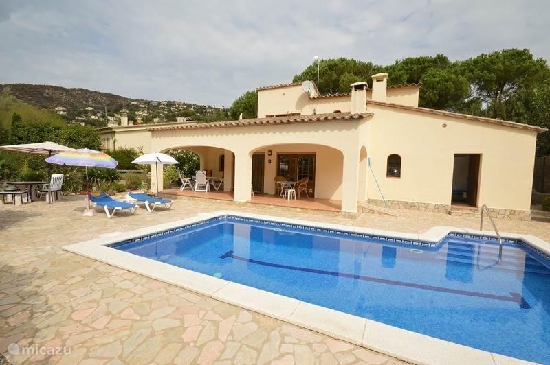 Villa Ance, terras met zwembad en zeer privé gelegen tuin, grenzend aan groene zone. Hele dag zon!