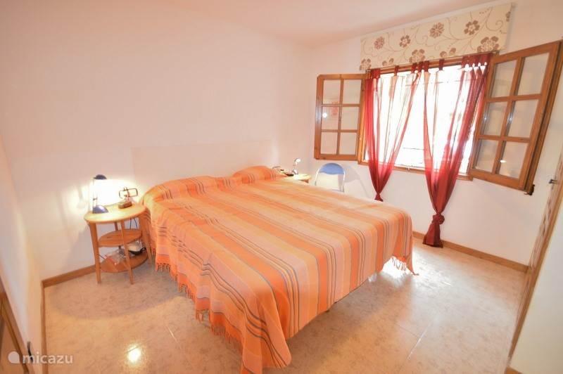 Aan de huiskamer op de begane grond via schuifdeur deze slaapkamer met eigen badkamer. Speciaal ingericht voor mindervaliden.