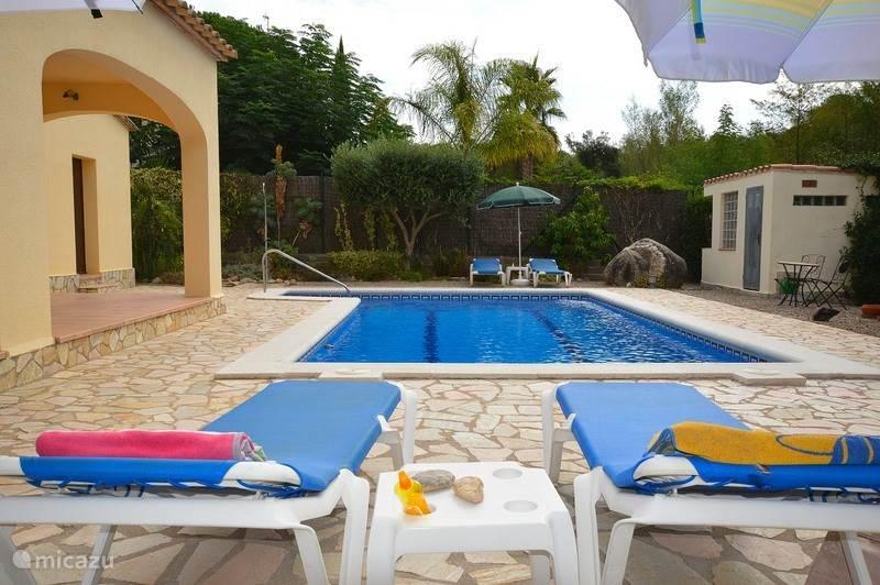 Zwembad met zes ligbedden en parasols. Aan het terras een vaste BBQ met privé zitje