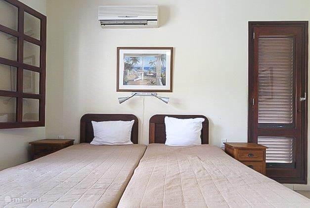 Tweede slaapkamer met vaste kast, eigen badkamer en toilet, airco en plafondventilator