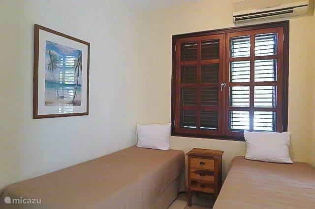 Derde kamer met twee eenpersoonsbedden en airco