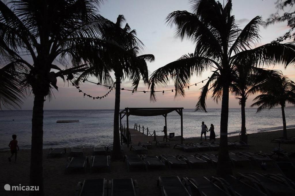 Zonsondergang bij Kokomo Beach; het strand in de baai iets verderop. Elk weekend feest daar; zeker even van meegenieten!