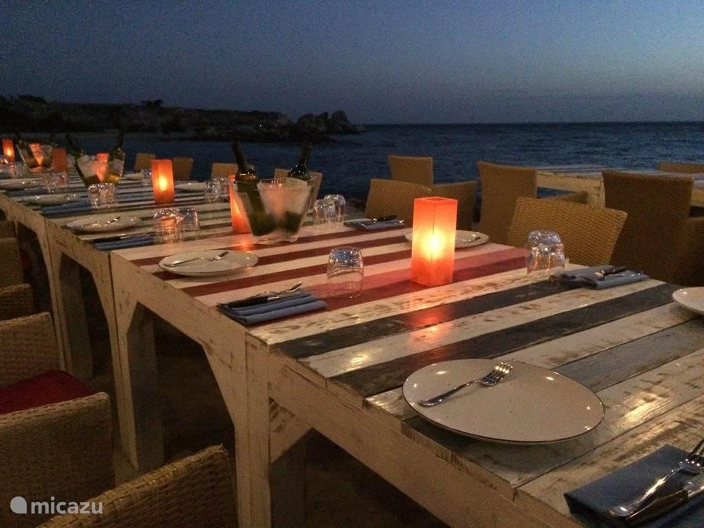 Sfeervol tafelen bij zonsondergang en daarna.