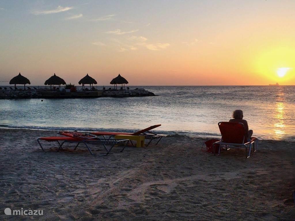 Elke dag blijft het weer bijzonder; die rood-oranje bol in de zee zien zakken eind van de dag rond 19.00 uur.