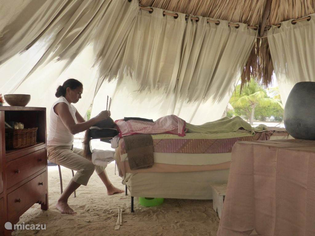 Let yourself especially be pampered with a delicious (sports) massage or foot reflexology at the beach. Pedicure also on appointment.