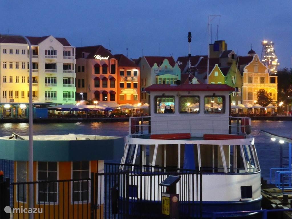 De kleurrijke kade 's avonds van Willemstad.