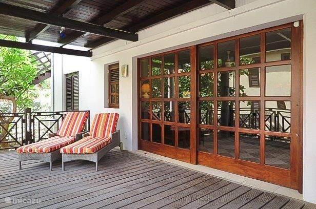 Lekker loungen op het veranda in de ligstoelen. Twee schuifdeuren geven vanaf de veranda toegang tot de living en goed geoutilleerde keuken.