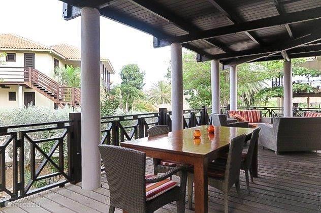 Gezellig buiten ontbijten is een goede start van de dag. Dat kan op de veranda en ook aan het strand bij restaurant Azurro.