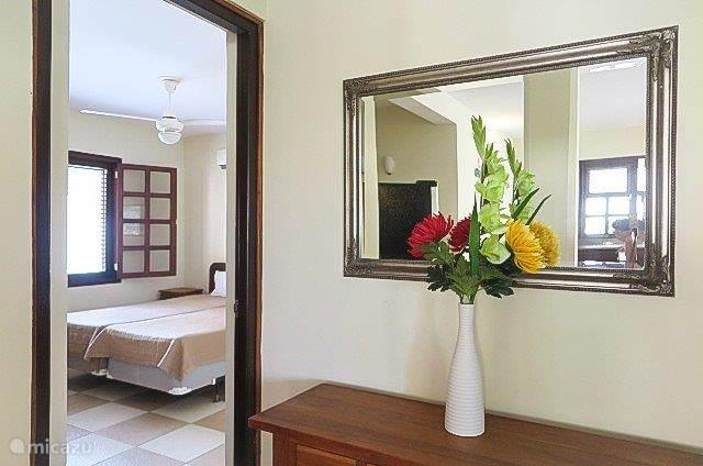Uitzicht op de tweede slaapkamer vanuit het woon- en kookgedeelte in de villa
