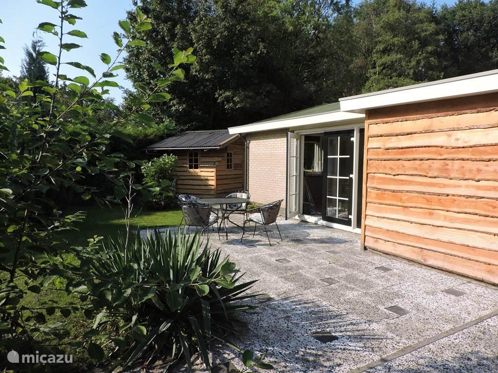 Openslaande deuren geven toegang tot de tuin en het terras op het zuiden.