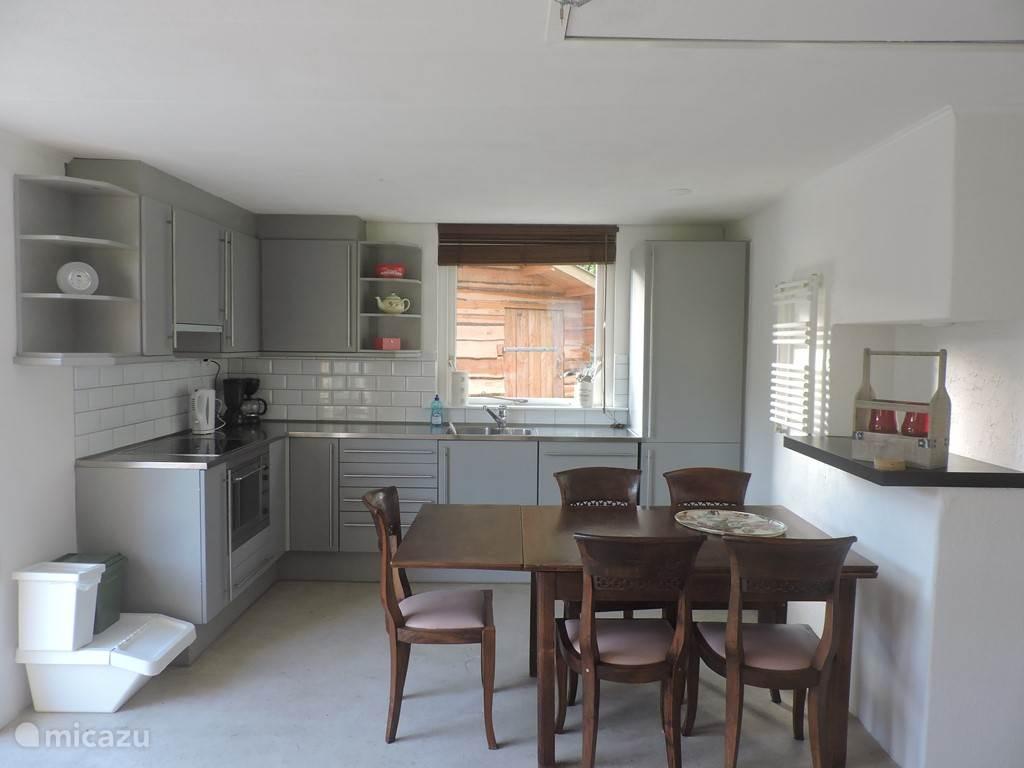De keuken is voorzien van grote koelkast, een afwasmachine, 2 spoelbakken, een magnetron/oven, Koffiezetapparaat en waterkoker. Bestek en servies zijn aanwezig.