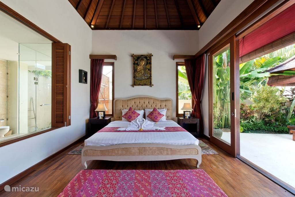 De ruime 2 persoons slaapkamer met ensuite de badkamer en ook weer uitzicht op oa het zwembad.