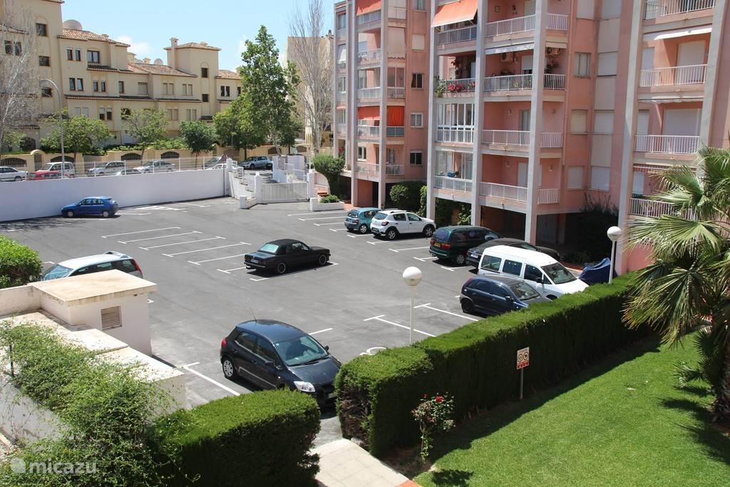 privé tuin en parkingplaats