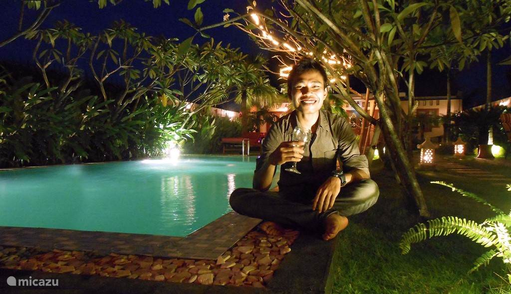 heerlijk met een drankje aan het zwembad