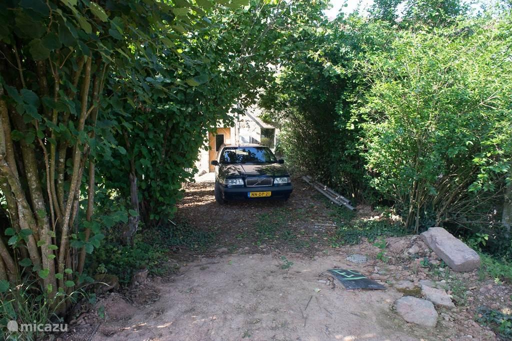 De auto uit het zicht parkeren