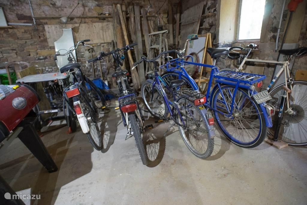Enkele fietsen in de schuur, ze mogen gebruikt worden maar zijn niet allemaal technisch 100%