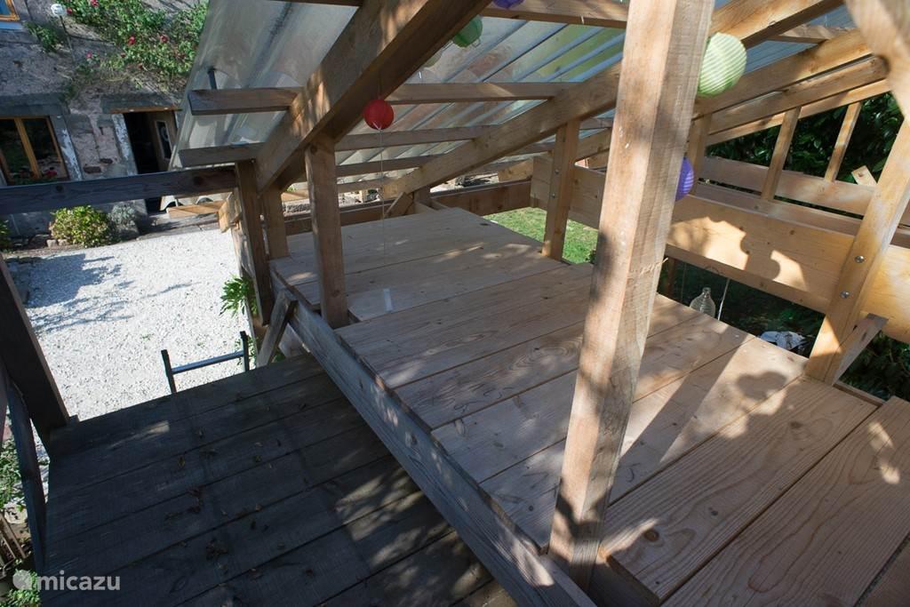 'Hut' van onze 10 jarige zoon boven i het tuinhuis