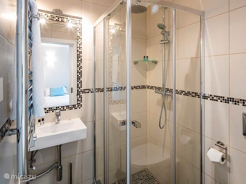 Bathroom ensuite 2n bedroom