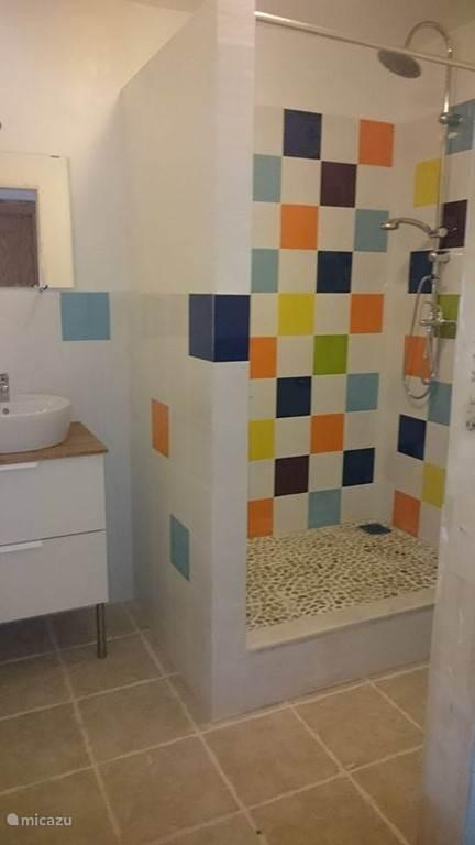 De badkamer met regen douche.