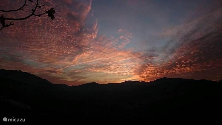 Geniet van een prachtige zonsondergang op je terras.