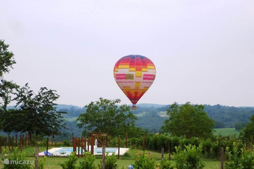 Ballonvaren boven Maison Larnolia