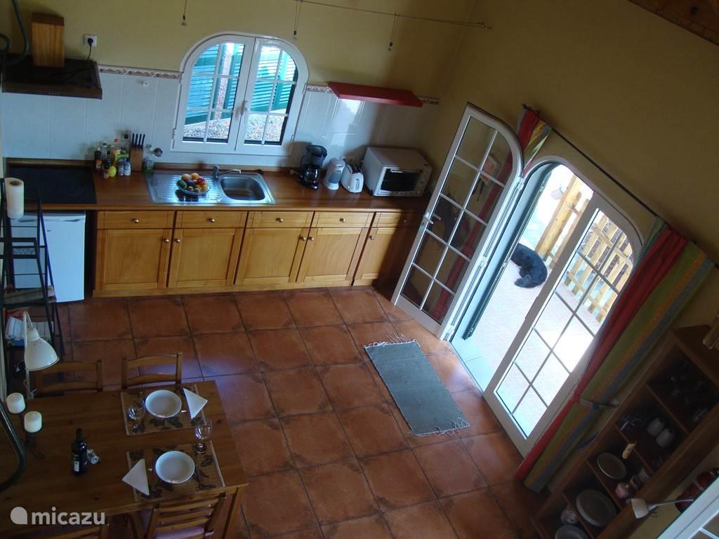 Eetgedeelte en keuken genomen vanaf de mezzanine