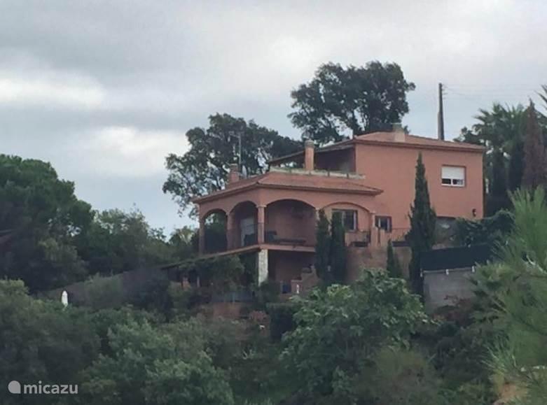 Het huis in zijn omgeving.